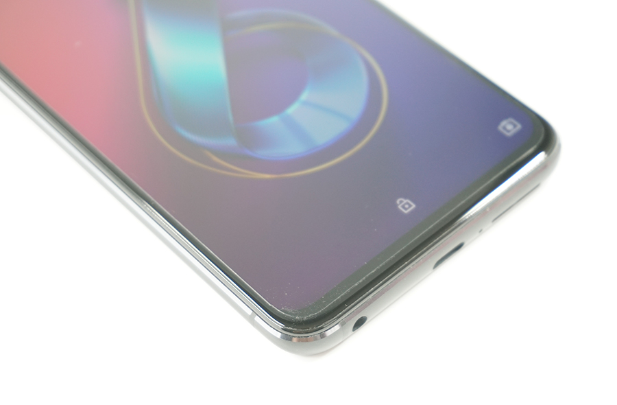 ZenFone 6のディスプレイ下部まで保護フィルムが貼れている